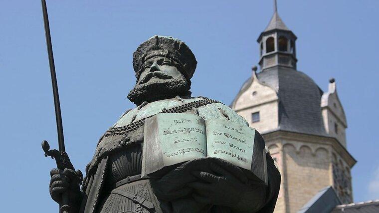 Hanfried Bronzefigur auf dem Marktplatz in Jena